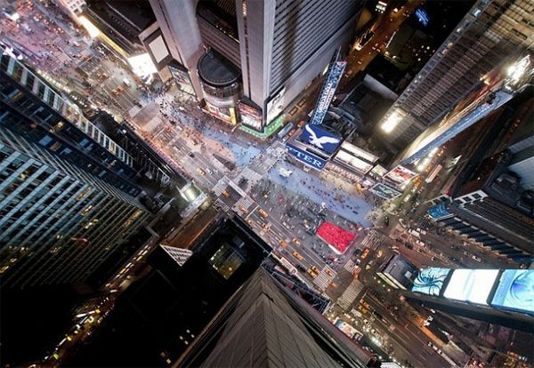 Daredevil Photographer Balances Atop Iconic Buildings To Capture Stunning Images - DesignTAXI.com