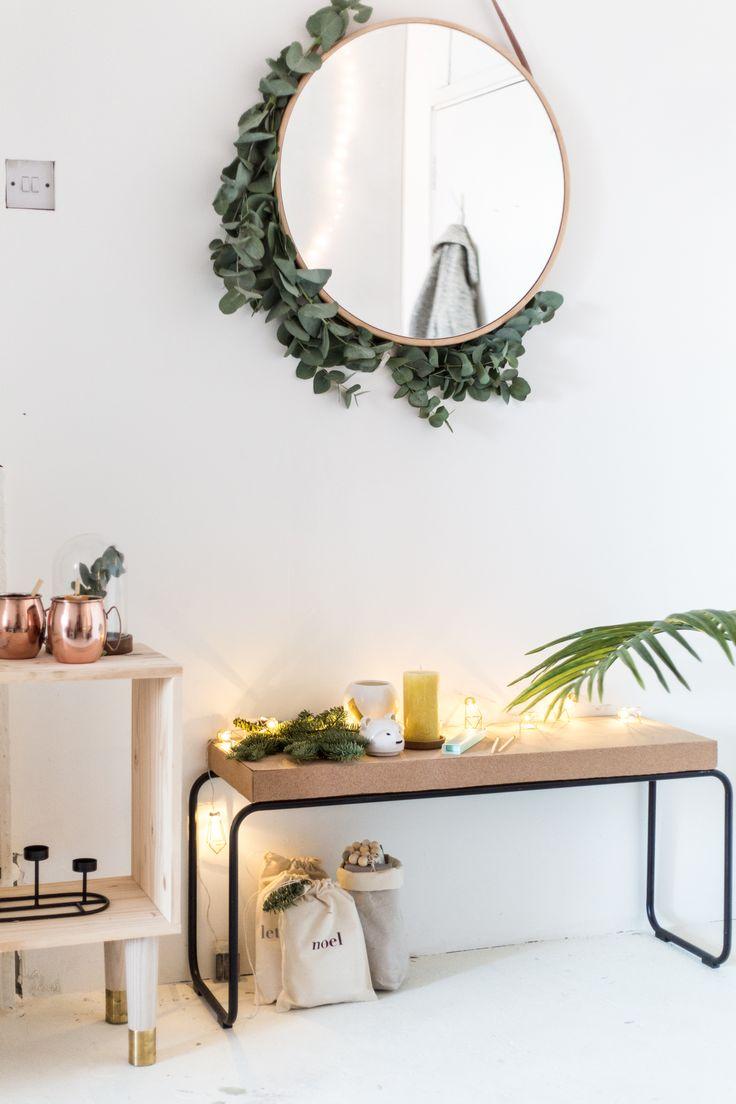 Urban jungle entree/hal in Scandinavische stijl met ronde spiegel en kurken bank