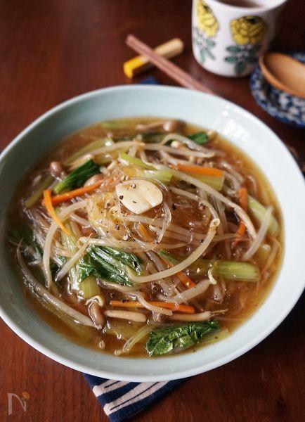 もやしなどの野菜と緑豆春雨を中華スープで煮て、とろみを付けました。野菜ったっぷりでヘルシー、寒い季節に嬉しい一皿です。低コストながら旨味もたっぷりですし、ダイエット中の方にもおすすめです。