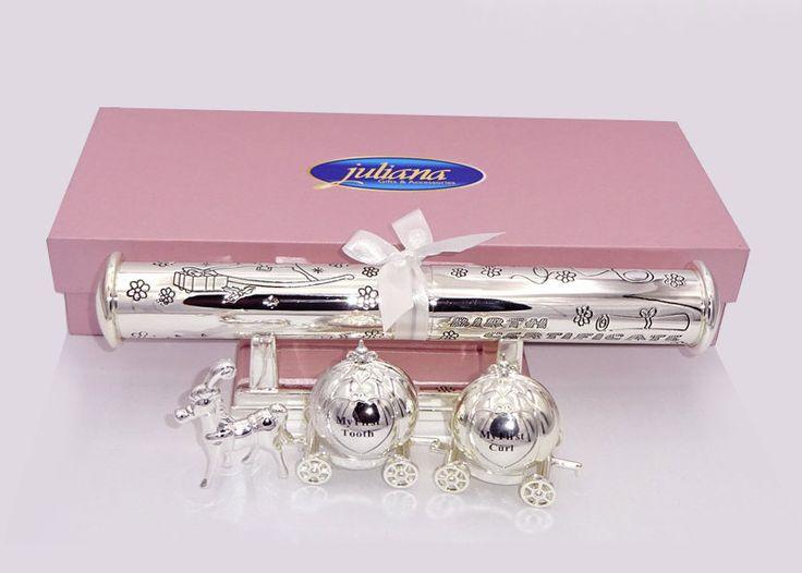 Set roz cadou botez fetita Set roz cadou de botez pentru fetita din colectia Premium Juliana. Setul include un suport pentru certificat cu baza sau piciorus argintat si un set de cutiute argintate pentru prima suvita si primul dintisor.