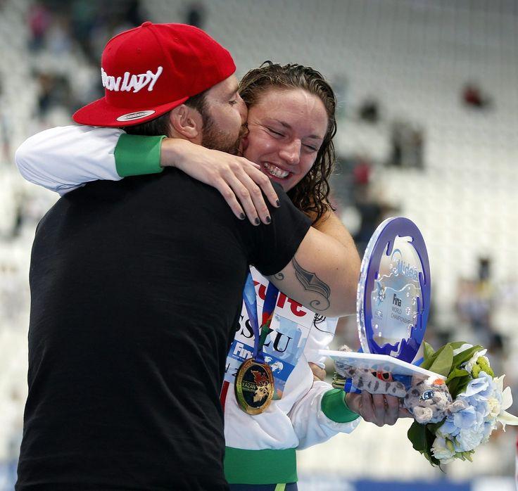 Hosszú Katinka férjével és edzőjével, Shane Tusuppal, miután világcsúccsal győzött a kazanyi úszó-, vízilabda-, műugró- és műúszó-világbajnokság műúszóversenyének 200 méteres női vegyesúszásában 2015. augusztus 3-án.