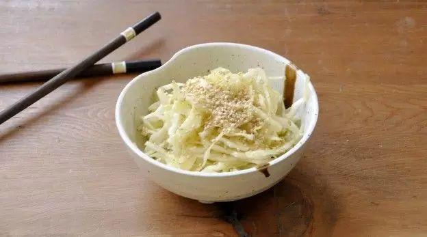 Salada de repolho branco como no restaurante japonês