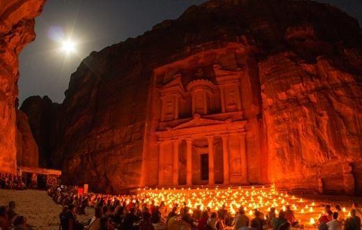 Petra, romváros Jordániában.  A sivatag sziklái között megbúvó egykori karavánközpont egy arab néptörzs, a nabateusok virágzó fővárosa volt. A 7. századtól hanyatlásnak indult, fokozatosan elnéptelenedett és csupán a beduin pásztorok tudtak létezéséről. A sziklából kifaragott város romjai, hatalmas sírtemplomai és varázslatos természeti környezete egyedülálló komplexumot alkotnak.