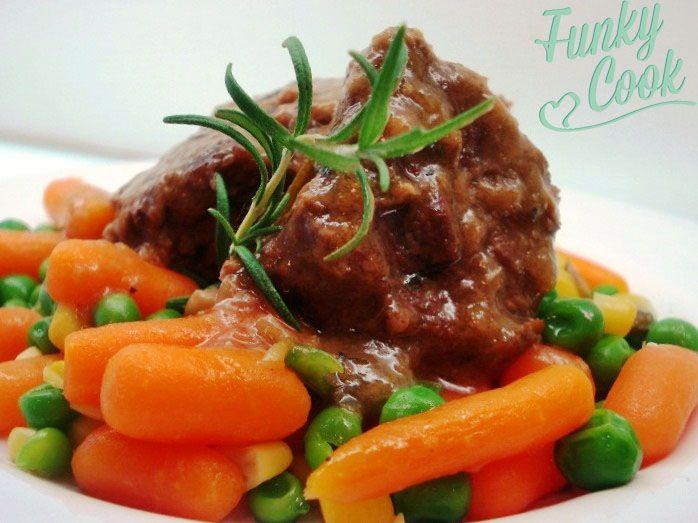 Μοσχαράκι με Δενδρολίβανο, Μέλι, Μοσχοφίλερο και Λαχανικά | Funky Cook