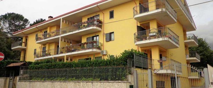 Appartamento al secondo piano con ampi terrazzi composto da ingresso-salone, cucina aperta, due camere dal letto, due bagni e ripostiglio-lavanderia. Annesso box auto di 28 mq.