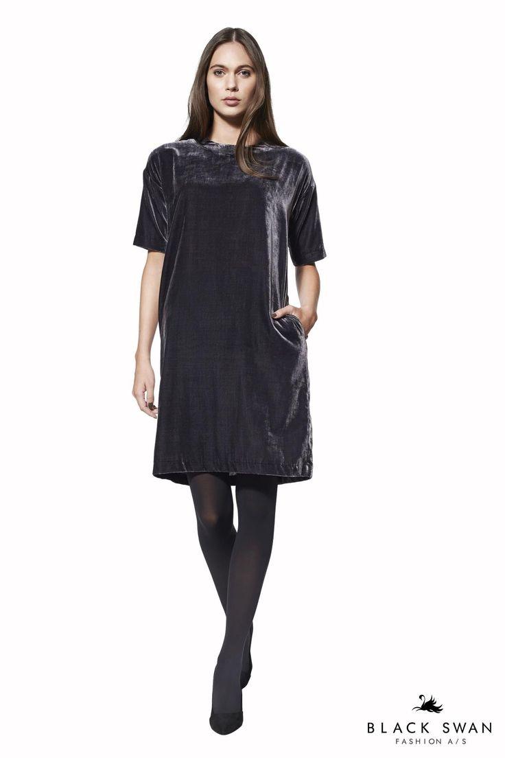 Blå-grå velour kjole i et lige snit med sidelommer og guld lynlås som kontrast bagpå. Lovely soft velvet dress. Black Swan Fashion