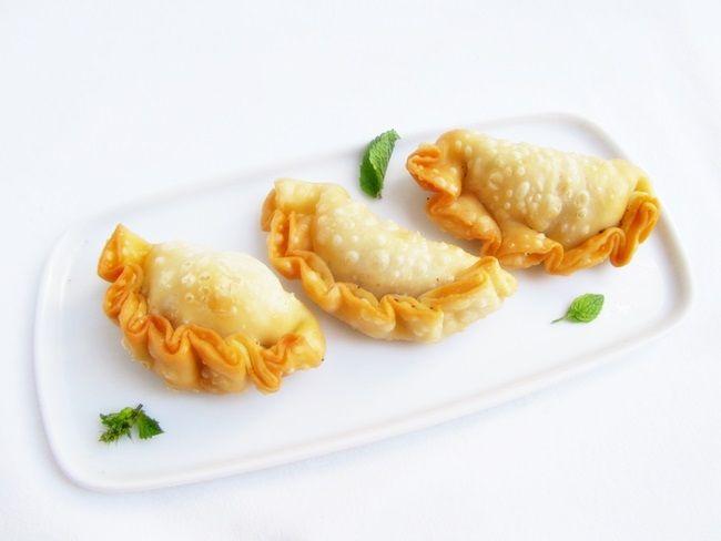 Empanadillas rellenas de queso, jamón y frutos secos. Unas empanadillas diferentes a las clásicas por la combinación de ingredientes para su relleno.