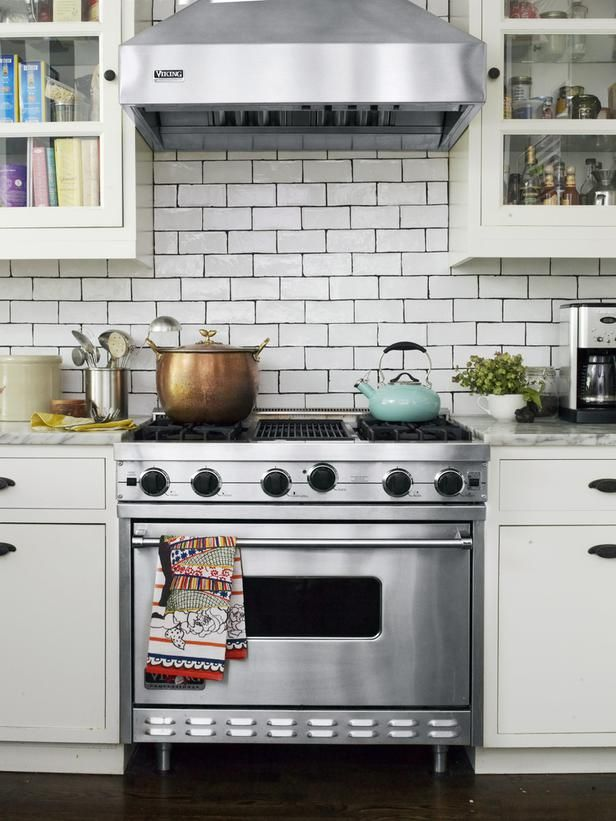 Subway tile backsplash in Genevieve Gorder's #NYC home #hgtvmagazine http://www.hgtv.com/decorating-basics/genevieve-gorder-at-home/pictures/page-8.html?soc=pinterestHouse Tours, Cabinets, Kitchens, Dreams House, Tile Backsplash, White Subway Tiles, Dark Grout, Black Grout, Genevieve Gorder