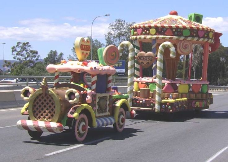 float31.jpg - Christmas Pageant floats in Port Road, returning to storage following the official Pageant through the CBD. Saturday 4 November 2006.