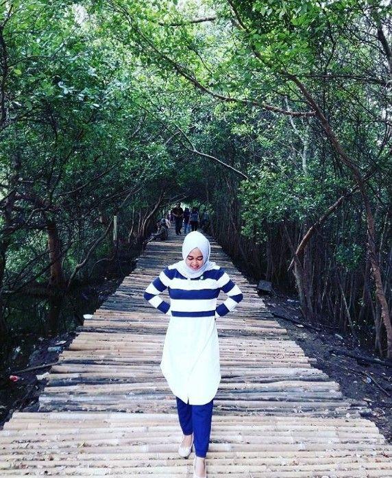 Jangan kaget di jakarta masih ada pantai yang hijau di tumbuhi bakau yang sekarang sedang tren yaitu Wisata Hutan Mangrove Pik, wisata ini ramai sekali.