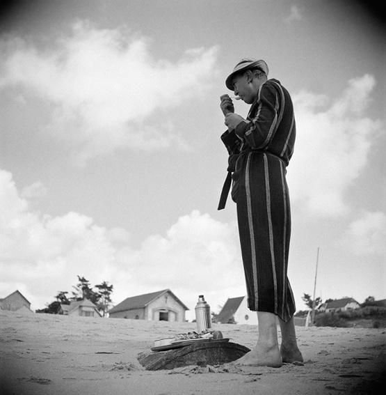 """Jacques Tati sur le tournage des """"Vacances de Monsieur Hulot"""".  Photographie de tournage / DR"""