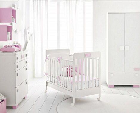 Imagen de http://www.habitacioninfantil.es/wp-content/uploads/2012/07/habitacion-bebe-blanca-rosa.jpg.