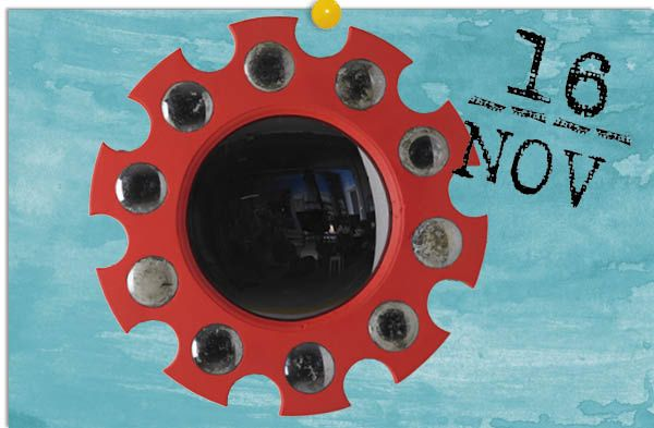 Fornasetti, Piero Fornasetti - AD España, © Benjamín Alcázar Fornasetti, Piero Fornasetti  En 1956, el gran genio italiano creó este espejo en madera lacada en rojo con apliques de cristal que nos recuerda, y mucho, al que aparece al fondo de El matrimonio Arnolfini. Acércate hasta Lagur y hazte con este icono de la historia del diseño. Una pieza con nombre propio.
