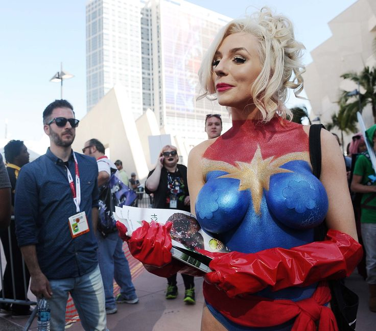 Courtney stodden shows up at comic con nearly naked in for Comic con body paint