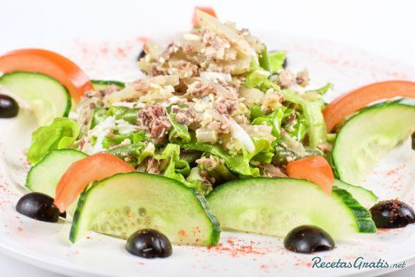 Aprende a preparar ensalada de atún con pepino con esta rica y fácil receta.  Si te gustan las ensaladas esta receta es para ti, una comida fácil y rápida de hacer,...