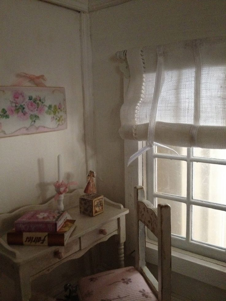 finalmente una stanza della mia casa che possa dirsi finita! ho velato di bianco il parquet, messo la tenda, appeso un po' di quadretti e ...