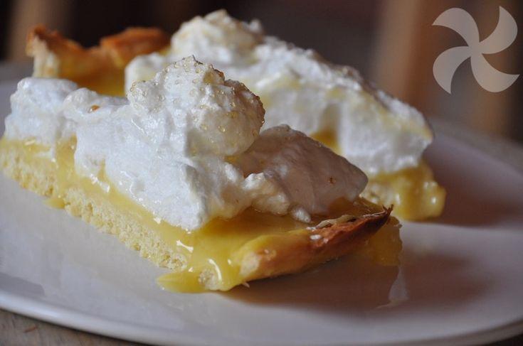 Una crostata hecha con con crema de naranja, naranja caramelizada y merengue. Un postre italiano del que podéis sacar diferentes recetas.
