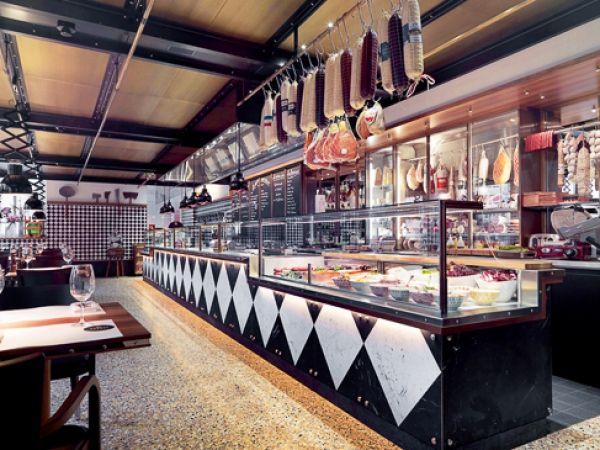 Zu Tisch: Au Gust - Das Zürcher Widder Hotel war schon immer 'eine Extrawurst.' Das im historischen Augustinerquartier gelegene stilvolle Fünfsternehaus ist wie kein anderes. In der Showküche verwöhnt Küchenchef Daniel Käser mit bodenständigen Fleisch- und Wurstspezialitäten, verfeinert mit frischem Marktgemüse und saisonalen Zutaten. Von international bekannten Spezialitäten wie Jamón Ibérico oder Culatello über alt-traditionelle Gerichte, wie Kutteln oder Siedfleischsalat bis hin zu…