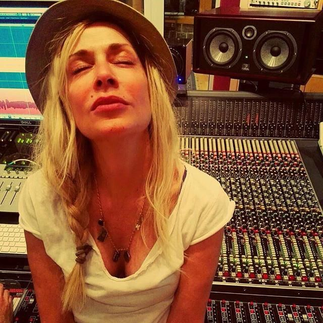 Here comes the sound... (@AnnaVissiLive )