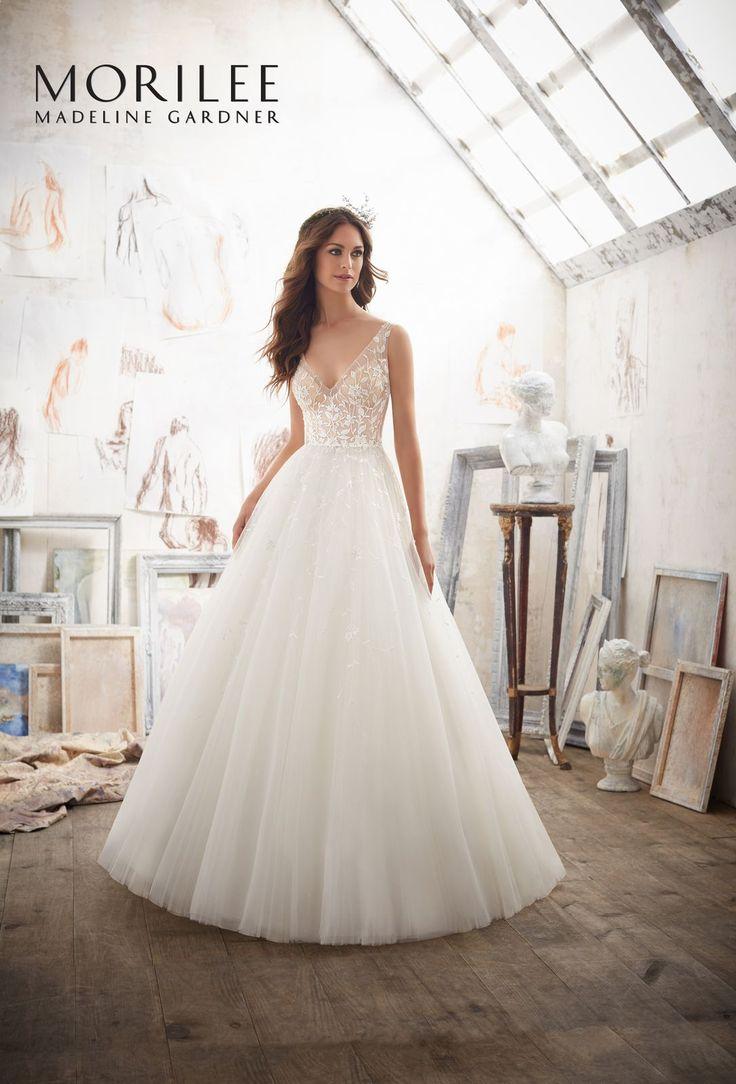 Dziewczęca, z haftowanymi kwiatami na gorsecie i tiulowej spódnicy, sukni ślubnej Mori Lee. Zapierająca dech w piersi, ponadczasowa sukna z …