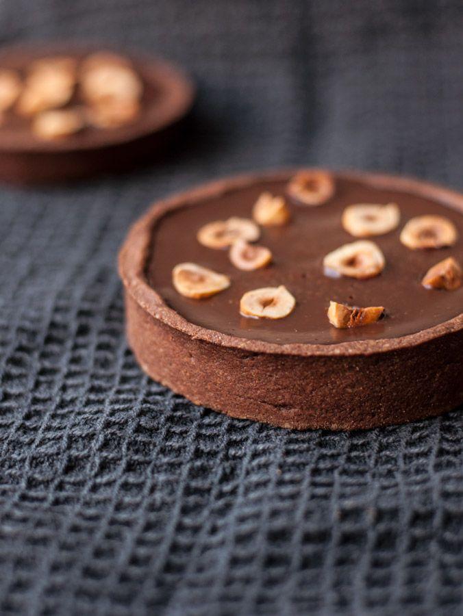 Tout chocolat ! Découvrez vite une recette pour réaliser très simplement une délicieuse tarte au chocolat sans gluten et sans lait !