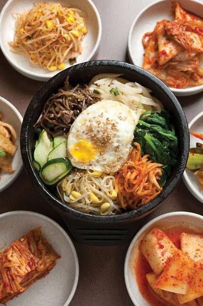 """Bibimbap Es un plato popular de la gastronomía de Corea. Literalmente significa """"arroz mezclado"""" o """"comida mezclada"""". Consiste en un cuenco de arroz con vegetales y carne encima."""