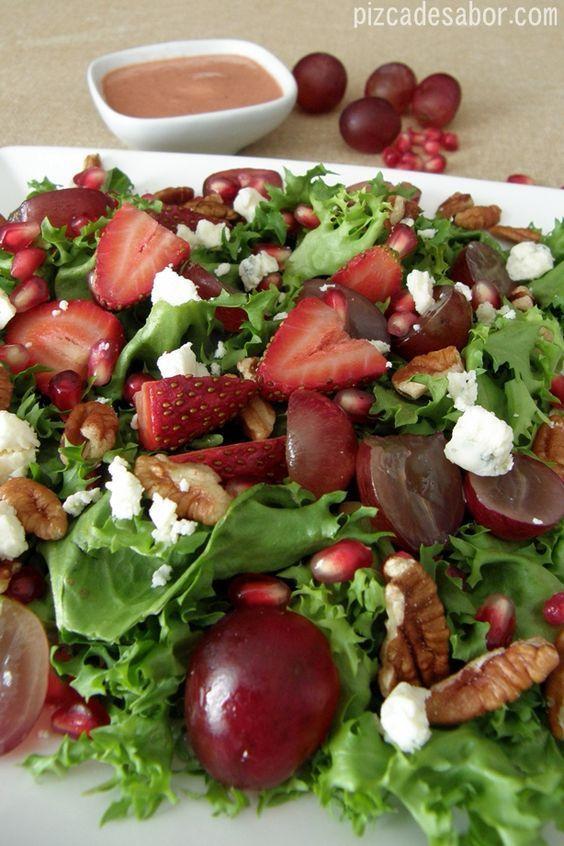 Ensalada de fresas, granada, uvas y nuez con aderezo de fresa al balsámico – Pizca de Sabor #healthyfood