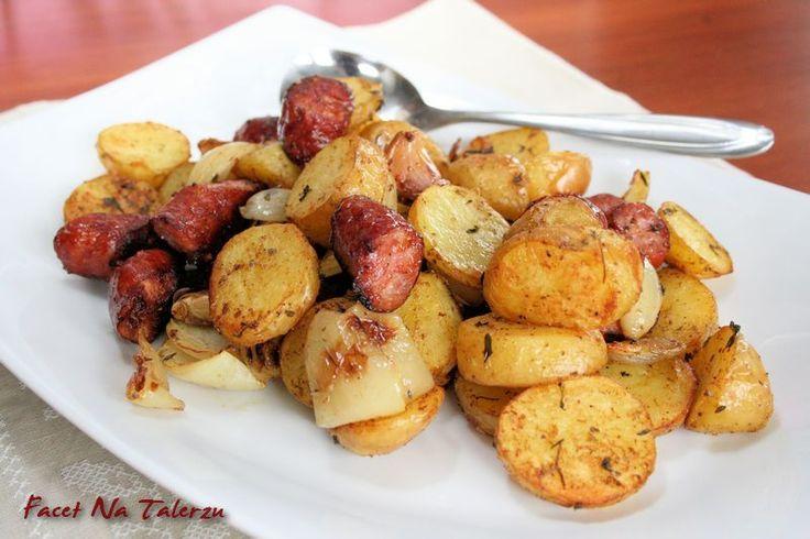 Młode ziemniaki pieczone z kiełbasą