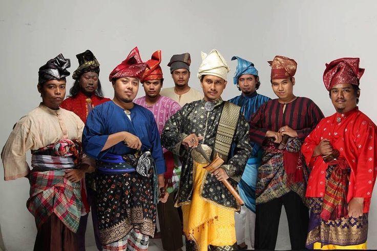 บูซานามลายู ให้ความสำคัญกับ #เดสต้า(ผ้าโพกพันศรีษะ) เป็นเครื่องประดับที่แสดงยศถาบรรดาศักดิ์ของผู้สวมใส่  เดสต้าหรือพัสราภรณ จะแยกย่อยอีกหลายแขนง ทั้ง Tanjak แบบราชสำนัก Tengkolok แบบขุนนาง Semutar แบบสามัญชน ในอดีต เดสต้า จะเป็นตัวบ่งบอกว่า คุณมาจากเมืองไหน ตำแหน่งอะไร