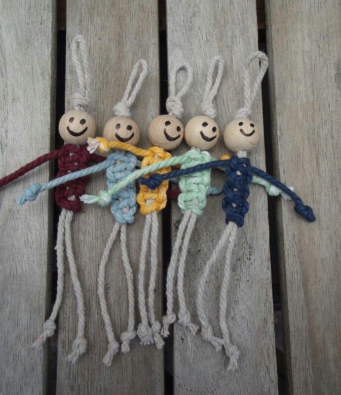 Gelukspoppetje vaderdag Hoe maken ? Nodig : 2 dikke draden en een houten kraal Werkwijze : 1 touw dubbelvouwen en knoop maken. Houten kraal tot tegen knoop schuiven. Met tweede touw lichaam maken. Van onder naar de kraal toewerken met de macramé weitasknoop. ( https://www.hobbydoos.nl/knopen/macrame.asp#frivolité ) De uiteinden gebruiken als armen en de benen. Op het einde van elk draadje een knoopje maken.