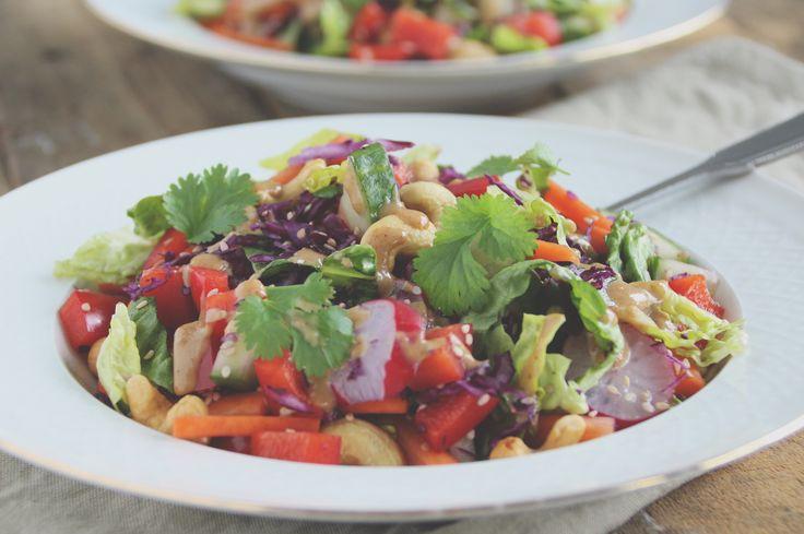 Deze kleurrijke salade is een van mijn favorieten. Simpel en lekker! Dat zal wel te maken hebben met de dressing. Deze is namelijk gemaakt van pindakaas!