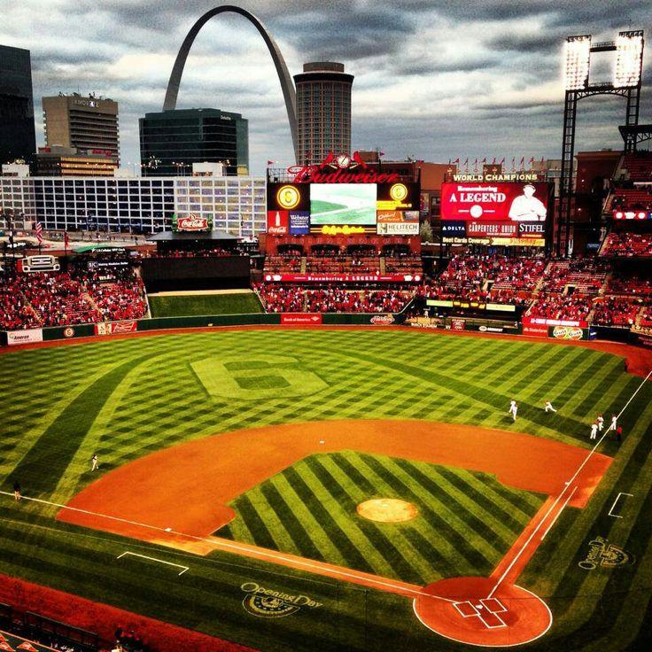 Busch Stadium es la casa be nuestro equipo de beisbol, los Cardenales de Saint Louis. Los partidos de beisbol son muy divertidos porque es una buena manera de pasar tiempo con la familia y amigos.