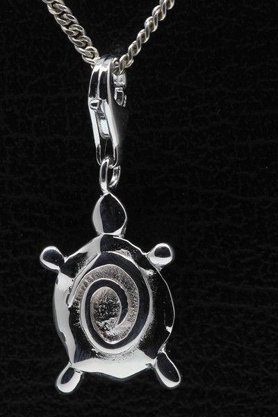 Bestel nu deze fraaie zilveren Schildpad abstract hanger én bedel incl. gratis cadeau verpakking. Op voorraad dus direct leverbaar. Combineer dit sieraad met onze zilveren Halskettingen en zilveren Armbanden. Gratis verzending binnen  - € 25,95