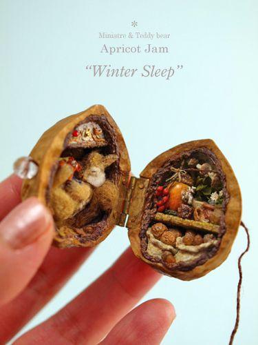 「 冬眠 」 完成画像。皆様のお住まいの所は、もう春が見えているのでしょうか?まだまだ雪深い北国から、冬眠中のシマリスセットをお届けします・・・クルミの中に、冬眠中のシマリスと、たくさんの食料を詰めました。クルミを閉じて台の上に置くと、こんな感じ。**2016**Thank hou for visitting my blog.My Instagram pagehttps://www.instagram.com/a.j_minibear/****下に、詳細画像の記事を5件アップします。...