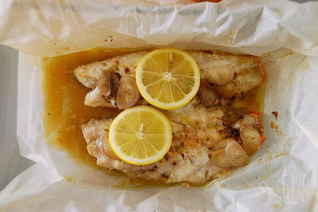 Recette de Poisson au citron en papillote - Ingrédients : filets de poissons blancs (cabillaud ou sole...), échalote, citron, sel, poivre.