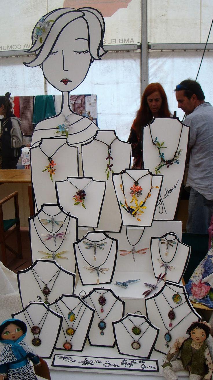 Aquí os dejo unas fotos de mis ultimas ferias de artesanía conlos nuevos expositores que hice con cartón pluma.