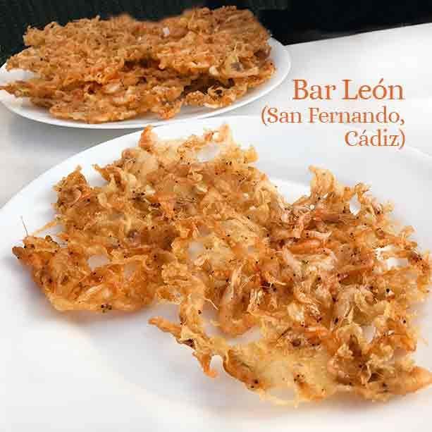 Esta es la receta tradicional de tortillitas de camarones que suelen preparar en Cádiz con algunas variantes según los cocineros. En Sanlúcar de Barrameda es impresionante ver como quedan como un enrejado de encaje, finas y crujientes.