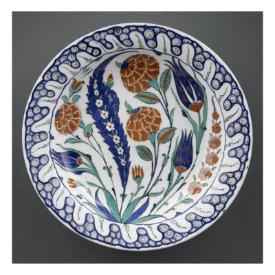 Grand plat aux tulipes et palmes bleues - Musée national de la Renaissance