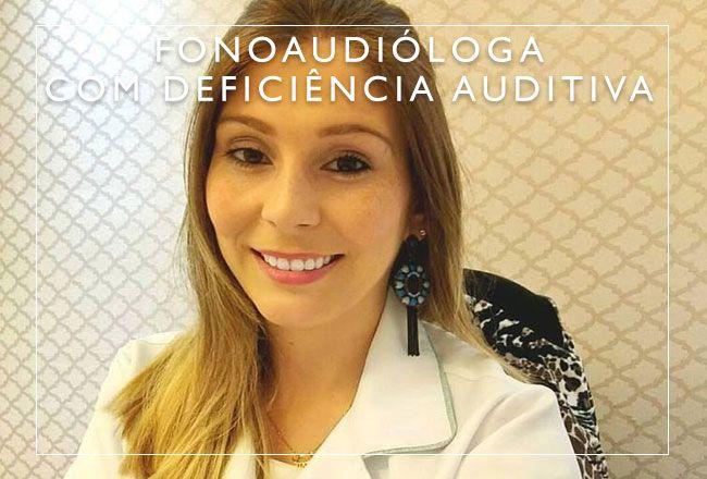Fonoaudióloga que usa aparelhos auditivos