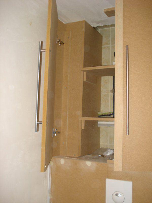 placard au dessus d'un WC suspendu 2 Plus