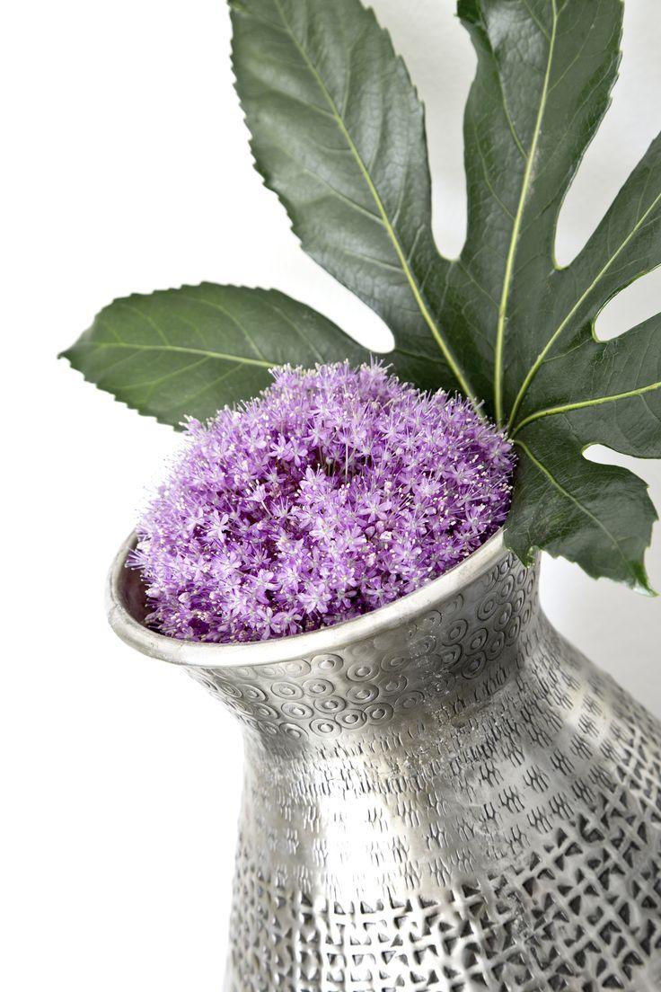 Zaubert mit dieser hübschen Vase aus 1.001 Nacht Ethno Flair in Euer Interior! Die silberne Blumenvase mit eingeklopften Ornamenten bringt den Charme fremder Kulturen zu Euch nach Hause und ist noch dazu ein dekorativer Blickfang. // Deko Dekorieren Vase Silber Bodenvase