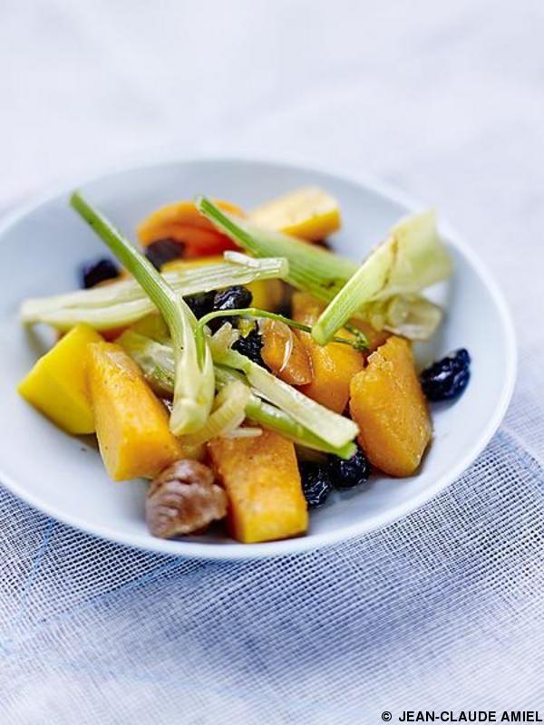 Recette Ratatouille d'hiver au butternut  : Pelez la courge, coupez-la en deux, ôtez les pépins et coupez-la en dés.Pelez les pommes de terre, les carottes...