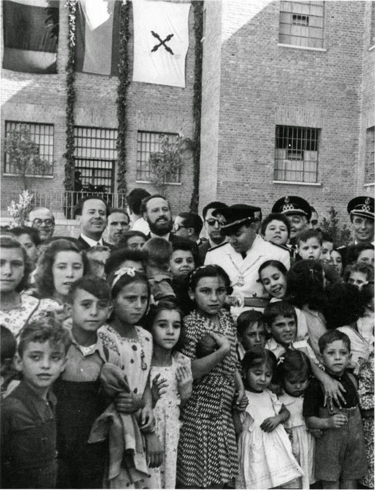 Niños y niñas en una cárcel de Madrid (Modelo, Porlier...) el día de la Merced, único del año en el que se autorizaba la visita a sus padres presos.