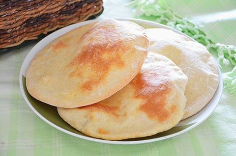 PANE PITA  Il pane pita è tipico dei paese medio-orientali ed è perfetto per essere farcito nei modi più svariati o per accompagnare piatti succulenti. Il pane pita ha una tipica forma circolare e un bel colore chiaro.  #lacucinaimperfetta #ricette #recipes #pane #pita