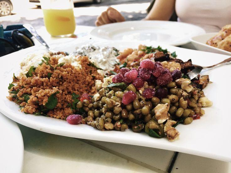 İnci'den Ev Yemekleri ve Meze pek şirin bulduğumuz pek sevdiğimiz bir lezzet durağı. Kuzguncuk'a değer katan işletmelerden.  Son ziyaretimizde Maş Fasulyeli Salata ve Şakşukaya bayıldık.