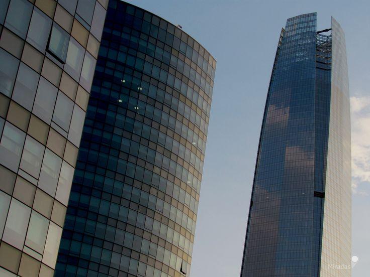 https://flic.kr/p/ScaKvZ | Cristales | Texturas, piel urbana. Cristales y geometría, donde las nubes se mimetizan, se dibujan en el gran cuerpo que toca el cielo.  Las Condes, Región Metropolitana.