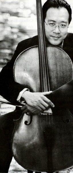 Dit is een foto van de cellist Yo-Yo Ma. Voor hun eerste date had Adam kaartjes gekocht voor het optreden van Yo-Yo Ma. Na het optreden hebben hadden ze hun eerste kus.