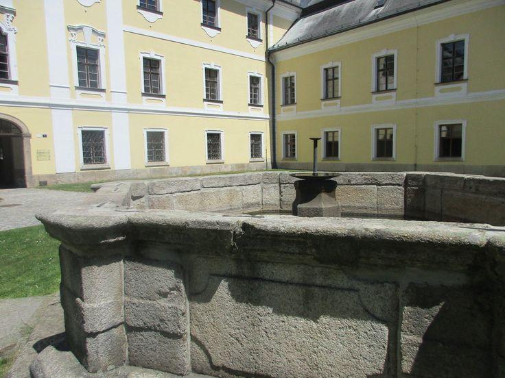 Kašna u zámku - Žďár nad Sázavou - kraj Vysočina - Česko