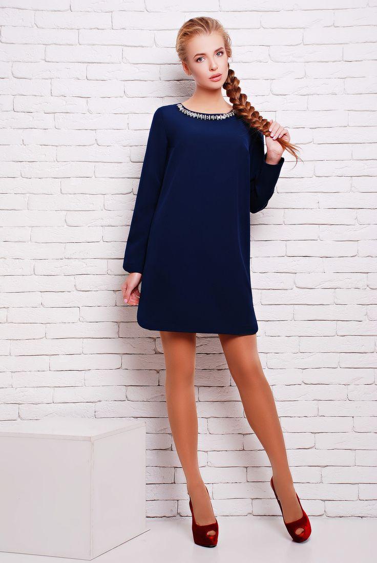 Платье с декором ожерелье цвет темно-синий  НОРМА - Коктейльное универсальное однотонное платье из плотного дорогого трикотажа длиной мини. Платье выполнено в минималистическом лаконичном стиле. А-образный силуэт платья очень демократичен и позволяет скрыть незначительные недостатки фигуры. Рукав свободный, длинный. По боковому шву подола красивые закругленные вырезы, которые повторяются по низу рукава. Изюминкой наряда стал декоративный элемент на круглой горловине в виде ожерелья из…