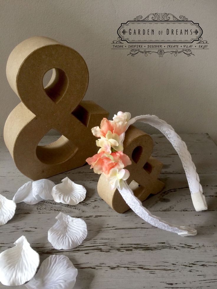 Diadema de puntilla blanca con flores en tonos coral #diademas #puntilla #flores #niñas